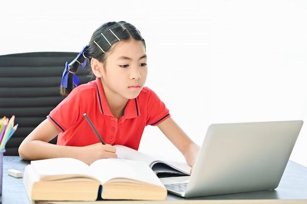 Concepto de escuela en casa, niños asiáticos que se inclinan en línea desde su casa