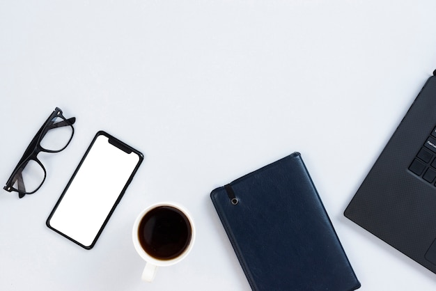 Concepto de espacio de trabajo de vista superior con smartphone maqueta