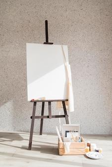 Concepto de estilo de vida del artista con lienzo