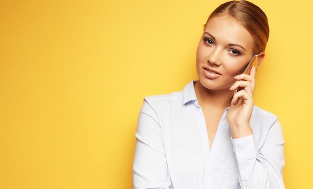 Concepto de estilo de vida, negocios y personas: mujer de negocios sonriente
