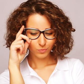 Concepto de estilo de vida, negocios y personas: mujer de negocios en vidrio