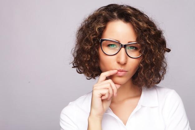 Concepto de estilo de vida, negocios y personas con mujer de negocios en vidrio