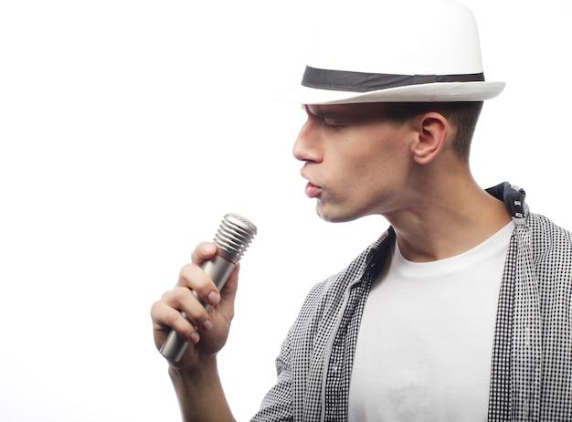 Concepto de estilo de vida y personas: joven cantante con micrófono