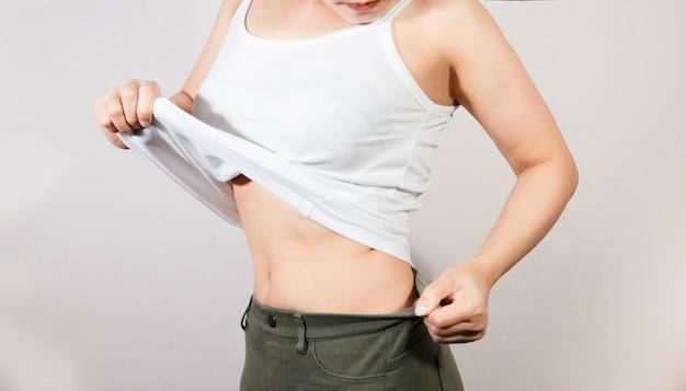 Concepto de estilo de vida de la salud y la dieta de la mujer para reducir el vientre y dar forma al músculo del estómago saludable.