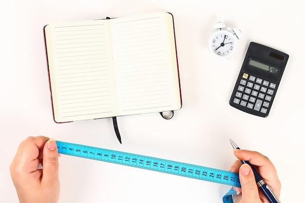 Concepto de estilo de vida saludable con el bloc de notas