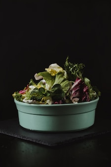 Concepto de estilo de vida saludable. ensalada de vegetales frescos en placa en estilo de color rústico