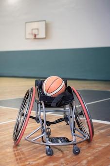 Concepto de estilo de vida en silla de ruedas con baloncesto