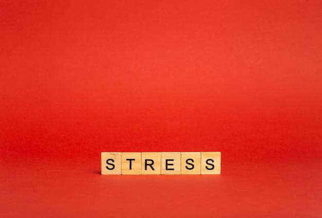 Concepto de estrés estrés sobre un fondo rojo vacío. un sentimiento de ansiedad, tensión, miedo e ira.