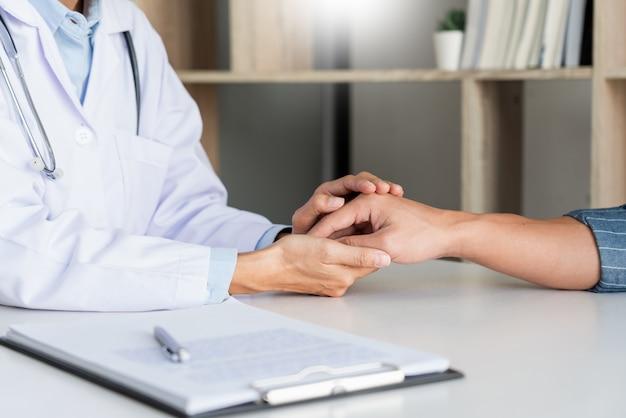 Concepto de ética médica y de atención médica, el médico explica la prescripción del diagnóstico de la víctima dando una consulta y el paciente escucha atentamente en el hospital.