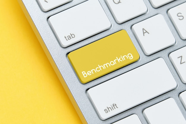 Concepto de evaluación comparativa en el botón del teclado