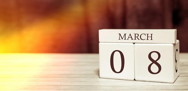 Concepto de evento de recordatorio de calendario. cubos de madera con números y mes el 8 de marzo