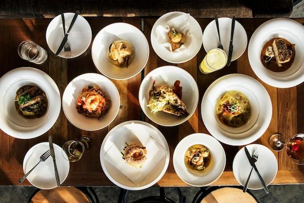 Concepto de evento de vajilla para banquetes en el interior