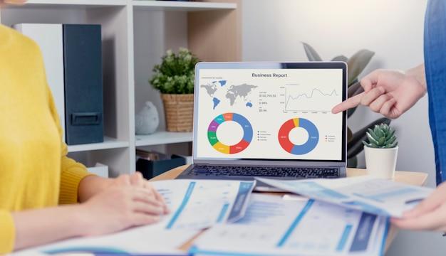 Concepto de éxito de estadísticas de estrategia de finanzas de empresa de gráfico de análisis de plan de reunión de empresarios y planificación para el futuro en la sala de oficina
