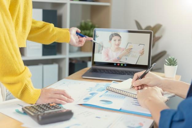 Concepto de éxito de estadísticas de estrategia de finanzas de empresa de gráfico de análisis de plan de reunión de videoconferencia virtual de empresarios y planificación para el futuro en la sala de oficina.