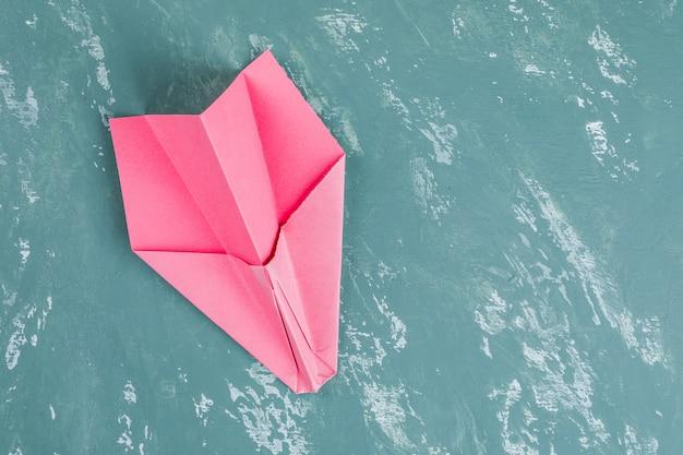 Concepto de éxito y liderazgo empresarial con cohete de papel.