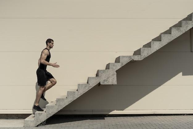 Concepto de éxito y lograr su objetivo, hombre subiendo escaleras.