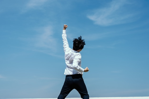 Concepto exitoso empresario expresando para celebrar su éxito.