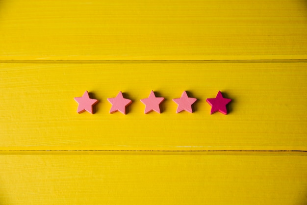 Concepto de experiencia del cliente, calificación de cinco estrellas sobre fondo amarillo