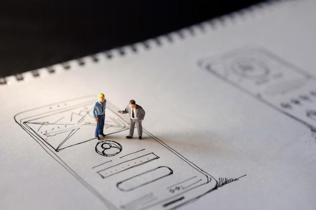 Concepto de experiencia de usuario. dos figuras en miniatura