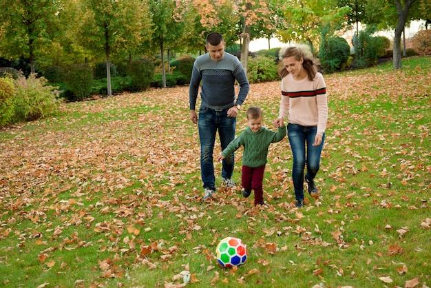Concepto de familia, infancia, temporada y personas, familia feliz