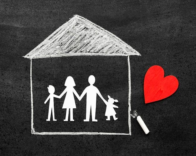 Concepto de familia de tiza dibujado en la pizarra con un corazón rojo