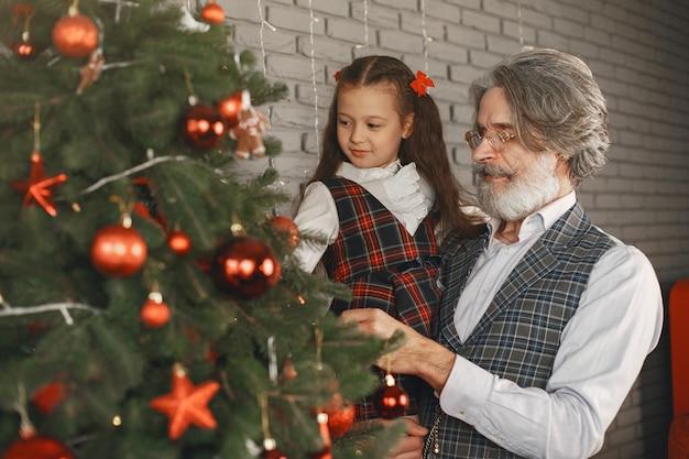 Concepto de familia, vacaciones, generación, navidad y personas. habitación decorada para navidad.
