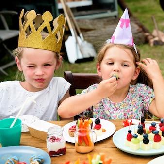 Concepto de la felicidad del partido de la celebración de los niños