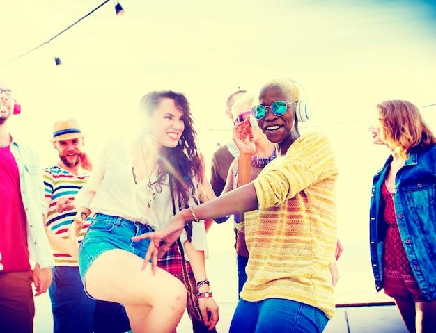 Concepto de la felicidad del partido de la playa de los amigos de los adolescentes