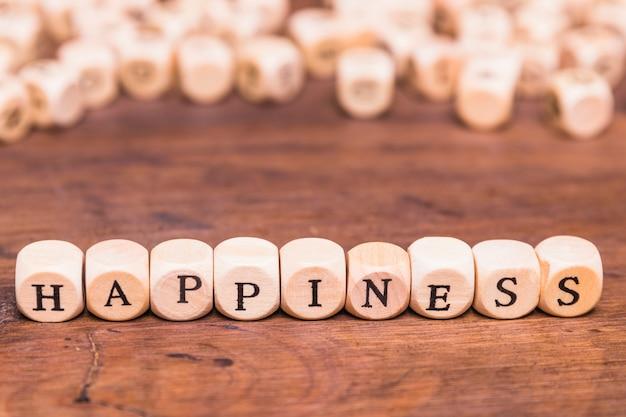 Concepto de felicidad sobre mesa de madera.