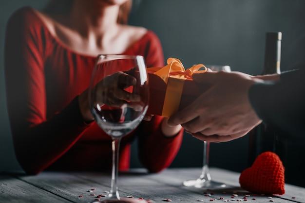 Concepto de felicitación para el día de san valentín. pareja en la mesa de un restaurante.
