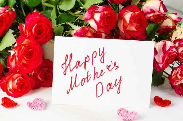 Concepto feliz del día de madre-- postal con las rosas.