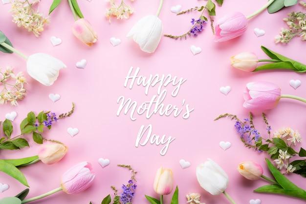 Concepto de feliz día de la madre. vista superior de flores de tulipán rosa en marco