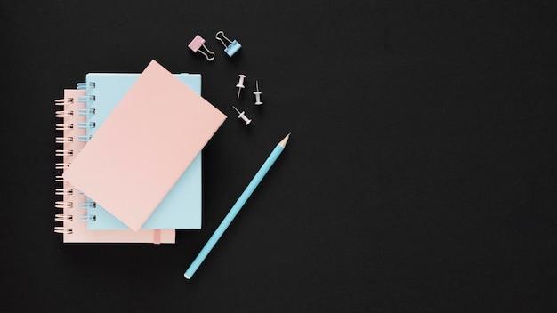 Concepto de feliz día del maestro de papeles azules y rosas