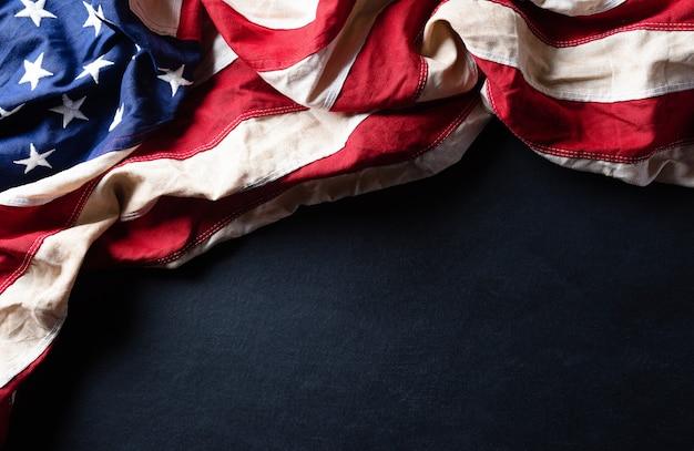 Concepto de feliz día de los veteranos. banderas americanas contra una pizarra