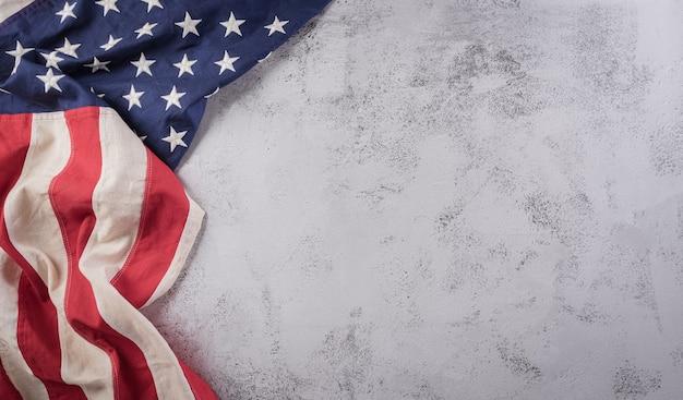 Concepto de feliz día de los veteranos. banderas americanas sobre un fondo de piedra oscura. 11 de noviembre.