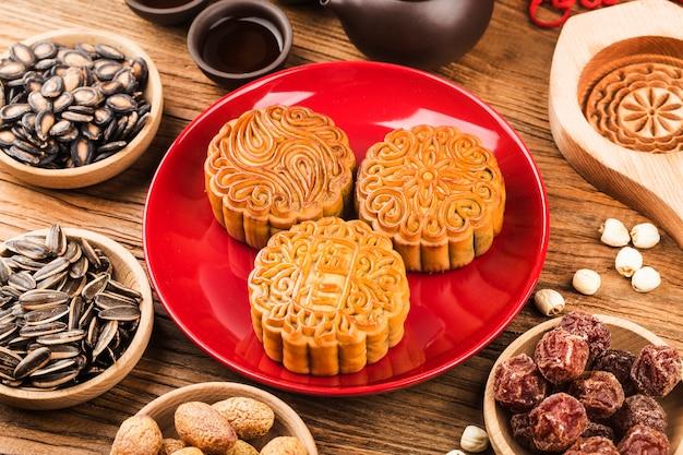 Concepto de festival de mediados de otoño tradicionales pasteles de luna en mesa con taza de té
