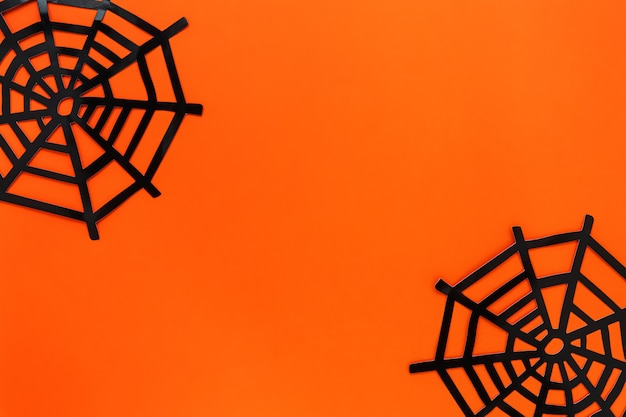 Concepto festivo de halloween. red de araña decorativa sobre un fondo naranja brillante. lay flat, copia espacio para texto