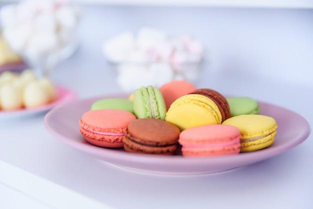 Concepto de fiesta de cumpleaños barra de caramelo dulce en la fiesta de cumpleaños. enfoque selectivo. mesa de postres con macarrones y malvaviscos.