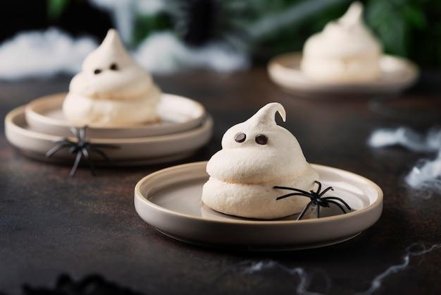 Concepto de fiesta de halloween con merengue y arañas, imagen de enfoque selectivo