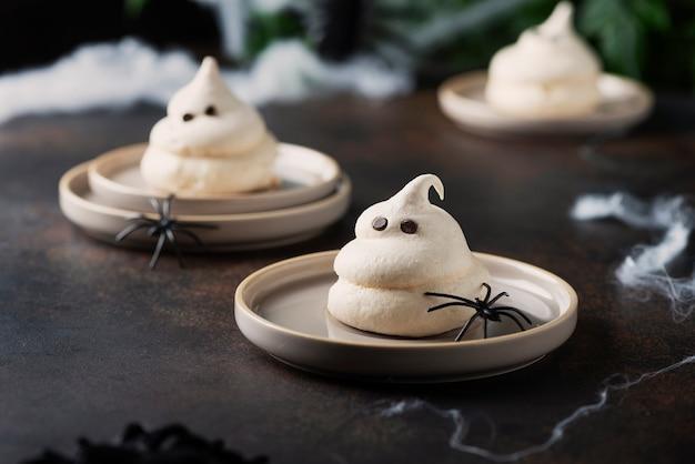 Concepto de fiesta de halloween con merengue y arañas