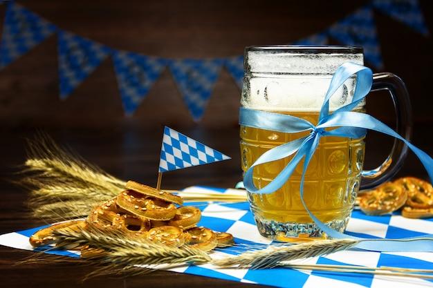 Concepto de fiesta de octubre. mesa de madera en pub pinta vaso de cerveza con cinta azul