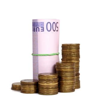 Concepto de finanzas, billetes y monedas aisladas en blanco.