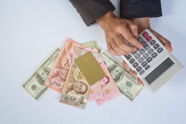 Concepto de finanzas y contabilidad. mujer de negocios trabajando en escritorio