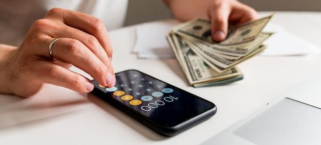 Concepto de finanzas e impuestos contables hombre con papeles y calculadora contando dinero en casa el concepto de contar dinero concepto de finanzas e impuestos contables