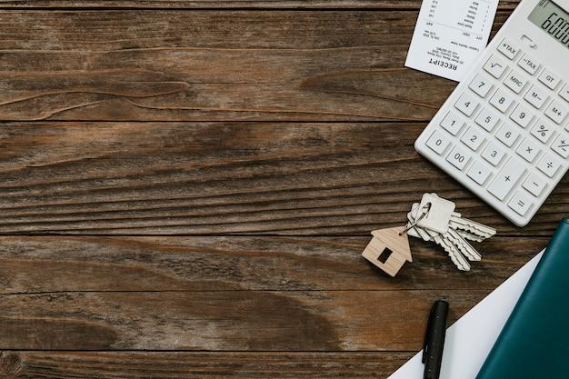 Concepto de finanzas y presupuesto de mesa de madera de bienes raíces