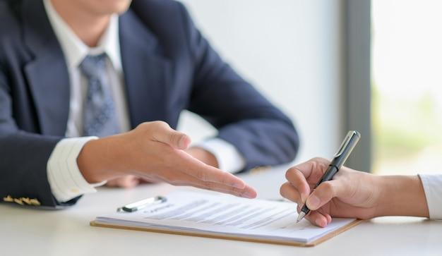 Concepto de firma para firmar un contrato.