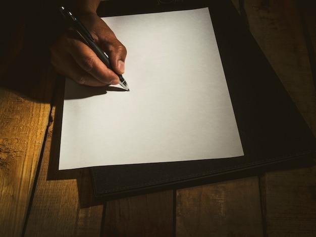 Concepto de firmar un contrato comercial y escribir testamento.