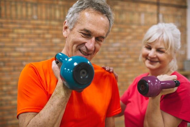 Concepto de fitness con abuelos felices