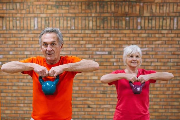 Concepto de fitness con abuelos