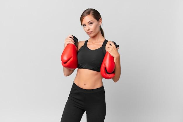 Concepto de fitness y boxeo de mujer bonita joven
